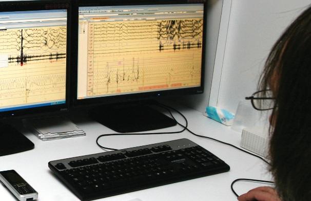 Een polysomnografie combineert informatie over hersen- en spieractiviteit, oog- en  beenbewegingen, hartritme, ademhaling en zuurstofsaturatie.